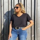 Nuestra BÁSICA DE PICO en color negro! 🖤 perfecta para combinar con nuestras sobrecamisas 🔝  🍂www.catalove.es🍂  #nuevacolección #basicos #black #camiseta #look #lookoftheday #style